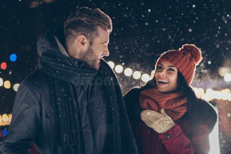 Fotografia dwóch osób spędza x-mas wieczór w pobliżu drzewa Newyrok cieszy się mroźną pogodą i romantyzmem w ciepłej zimie zdjęcia stock