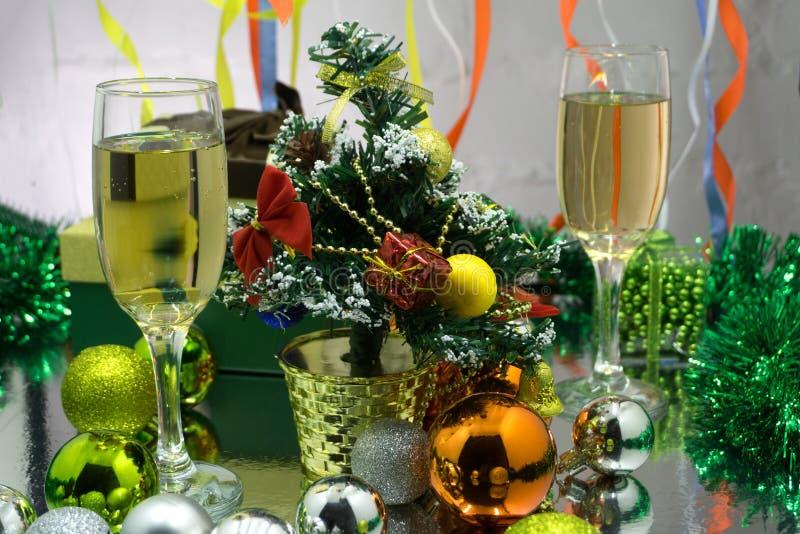 Fotografia dwa champagner szkła na szkło stole z bokeh tłem zdjęcie royalty free