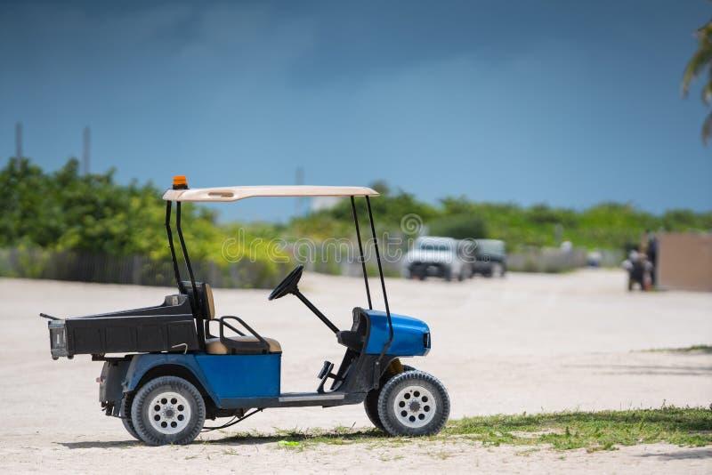Fotografia golfowa fura na plaży strzelał z telephoto obiektywem zdjęcia stock