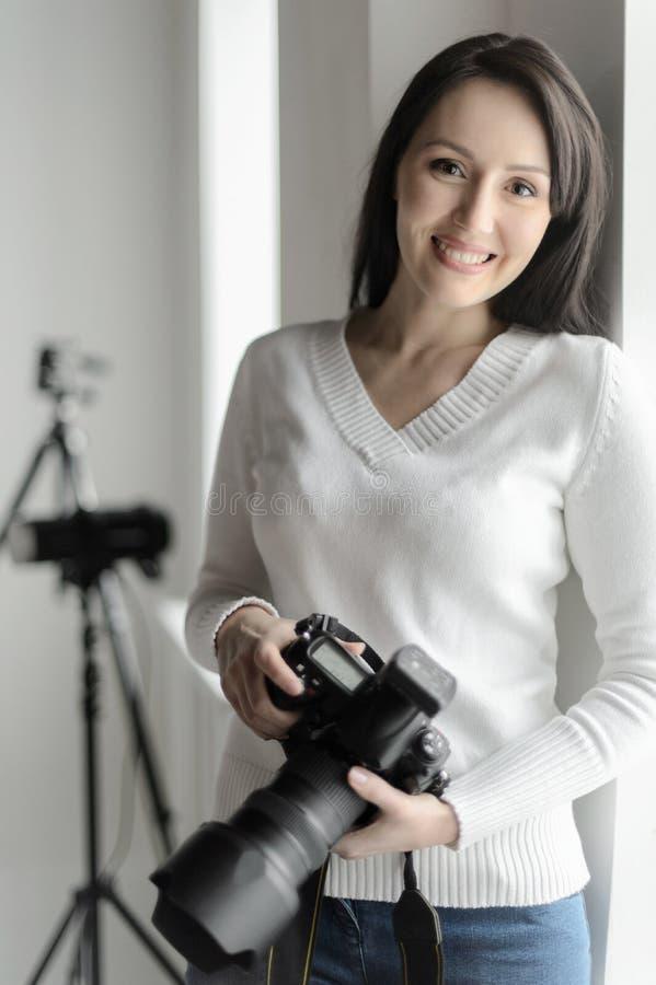 Fotografia jest jej hobby. Piękna w średnim wieku kobiety pozycja ja zdjęcie royalty free