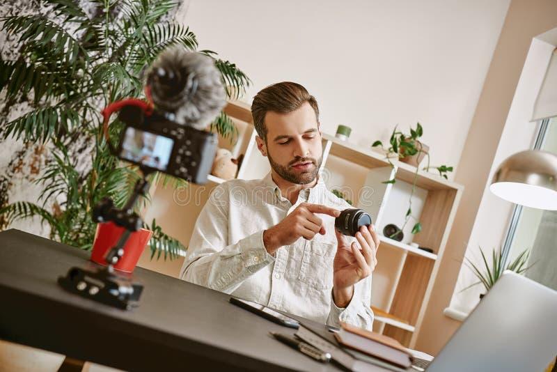 Fotografia jest mój hobby! Technologii blogger pokazuje fotografii kamery obiektyw podczas gdy magnetofonowy nowy wideo przegląd obraz royalty free