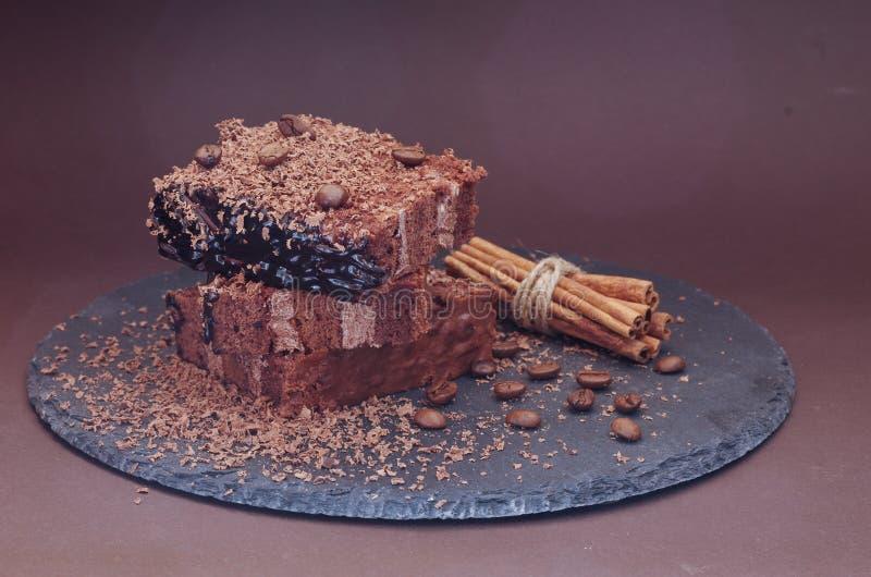 Fotografia kawowy deser przy kątem Kawowe fasole i czekoladowi układy scaleni fotografia stock