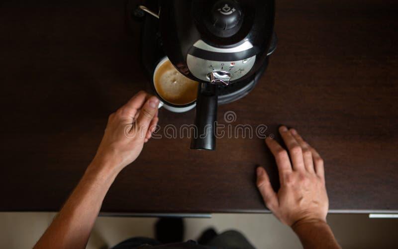 Fotografia kawowy producent, ręki mężczyzny dolewania kawa w kubku fotografia royalty free