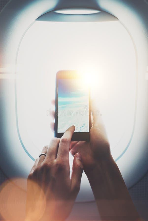 Fotografia kobieta wręcza robić foto chmury na smartphone Wizualni skutki, zamazani Vertical, mockup obrazy royalty free