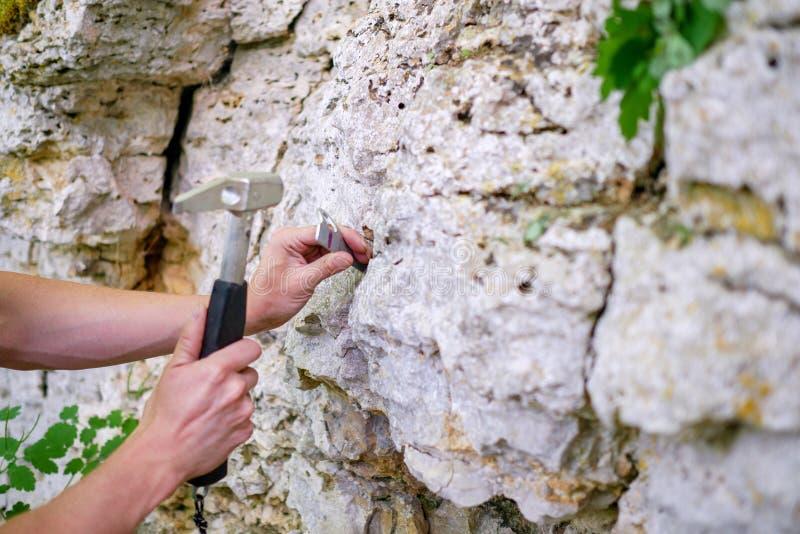 Fotografia mężczyzna ` s ręka młotkuje w górę góry obrazy royalty free