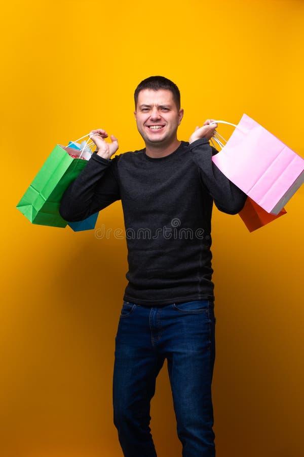 Fotografia mężczyzna z barwić torbami na zakupy zdjęcia royalty free