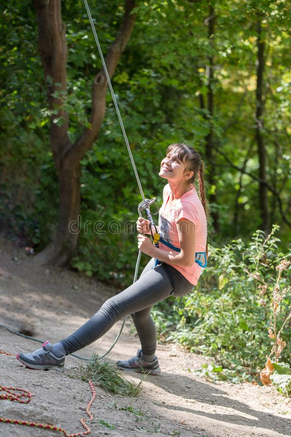 Fotografia młoda kobieta rockowy arywista z zbawczą arkaną w rękach na tle zieleni drzewa fotografia royalty free