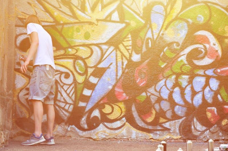 Fotografia młody facet w drelichów skrótach i białej koszula Facet obrazy stock