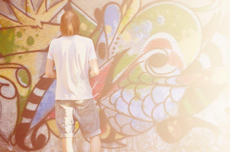 Fotografia młody facet w drelichów skrótach i białej koszula Facet zdjęcia stock