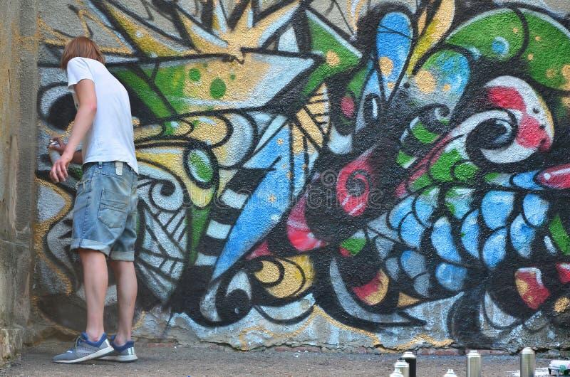 Fotografia młody facet w drelichów skrótach i białej koszula Facet obraz stock