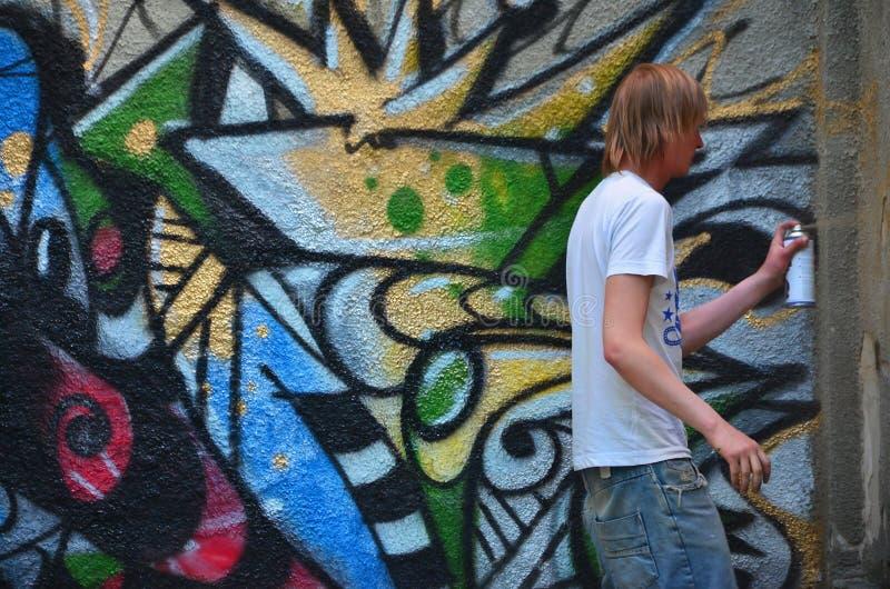 Fotografia młody facet w drelichów skrótach i białej koszula obraz royalty free