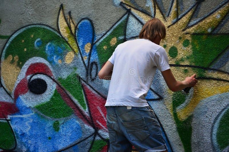 Fotografia młody facet w drelichów skrótach i białej koszula obraz stock