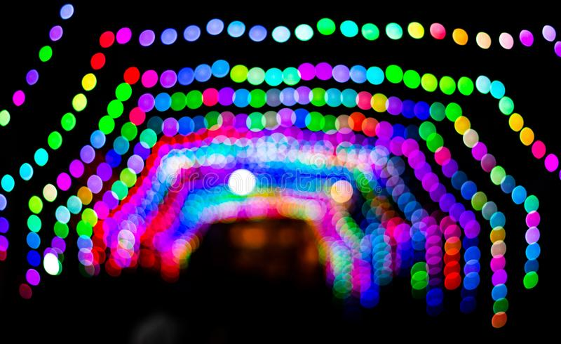 Fotografia media di esposizione di notte di Diwali con le luci in catena nel pandle che salta nel kolkata del barasat durante il  immagini stock libere da diritti