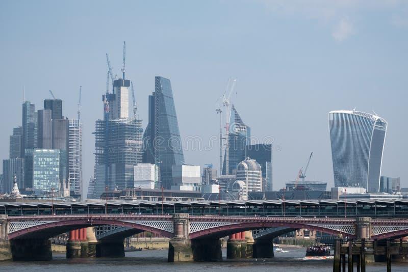 Fotografia miasto pokazuje nowych budynki i budynki w budowie w pieniężnym okręgu Londyńska linia horyzontu fotografia royalty free