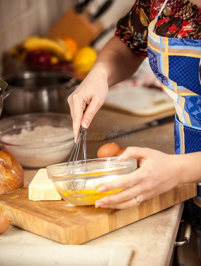 Fotografia miesza jajka w szklanym pucharze kobieta fotografia royalty free