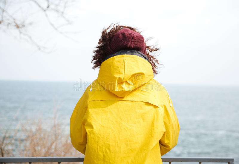 Fotografia myśląca kobieta blisko morza obraz royalty free