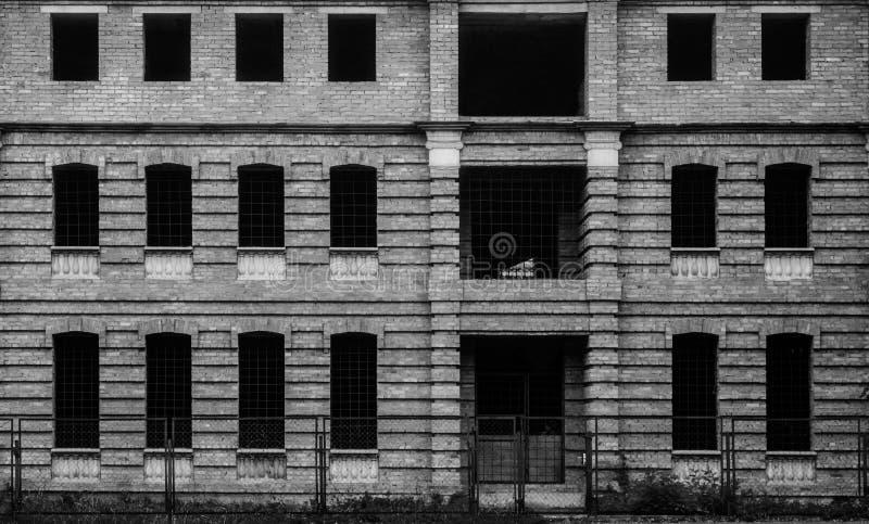 Fotografia niedokończony brązu budynek z wiele okno, czarny i biały zdjęcia stock