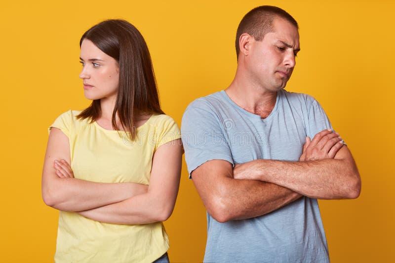 Fotografia nieszczęśliwa para, mężczyzna i kobieta stoi z twarzą obracającą zdala od each inny z rękami składać, marrieds jest we zdjęcie stock