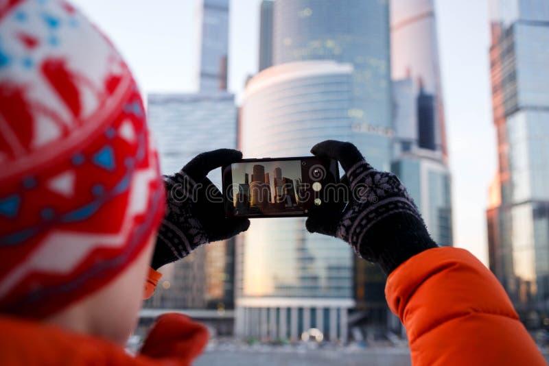 Fotografia od plecy fotografuje budynek na smartphone osoba obraz stock