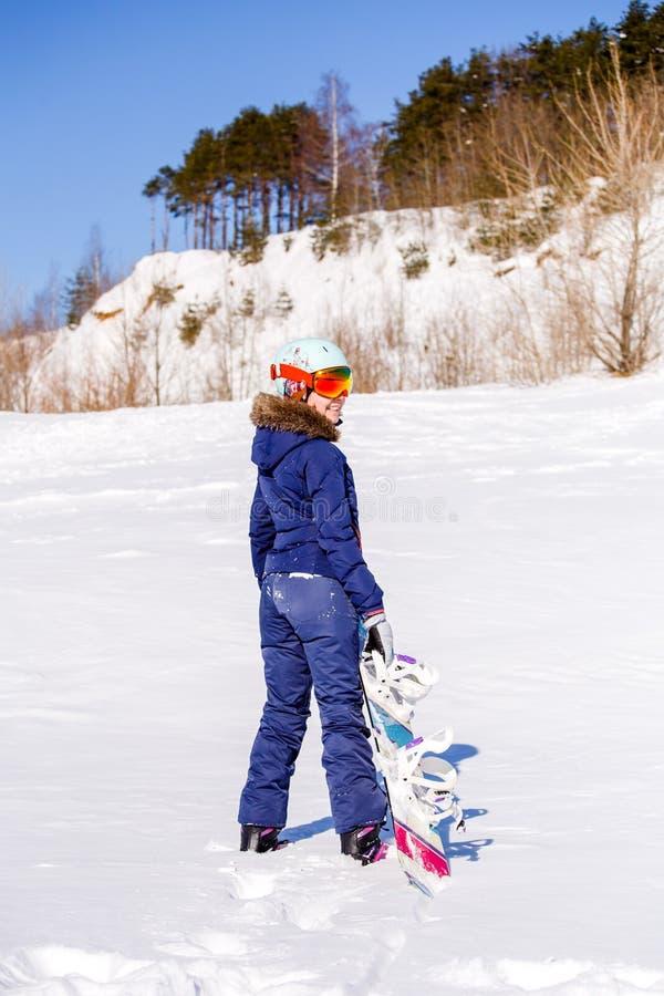 Fotografia od plecy sport kobiety pozycja z snowboard zdjęcia royalty free