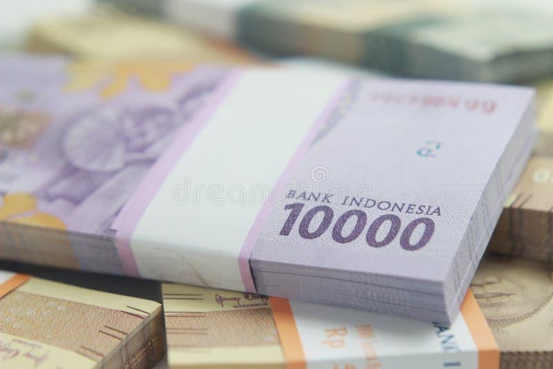 Fotografia, Odgórny widok, paczki rupii Indonezja pieniądze, 2000, 5000, 10000, przy białym tłem obrazy stock