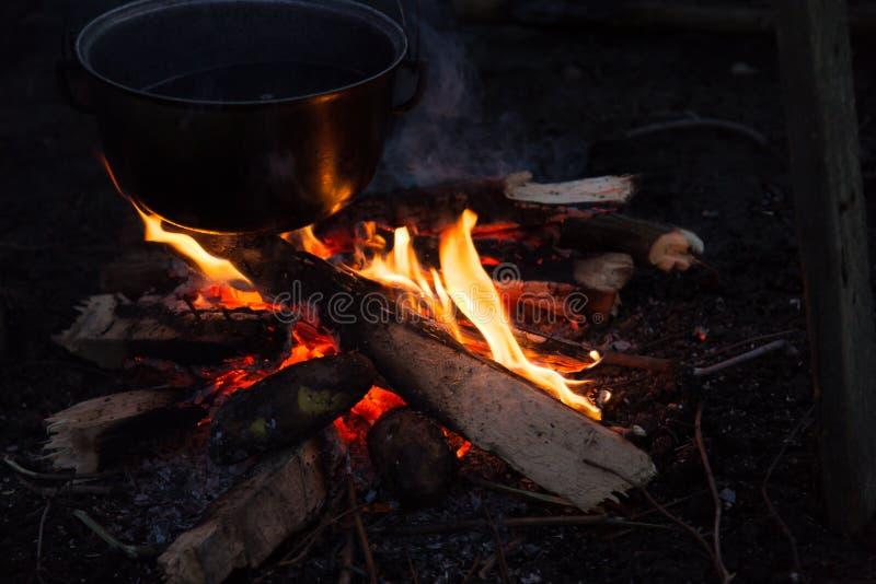 Download Fotografia ognisko zdjęcie stock. Obraz złożonej z mężczyzna - 106917484