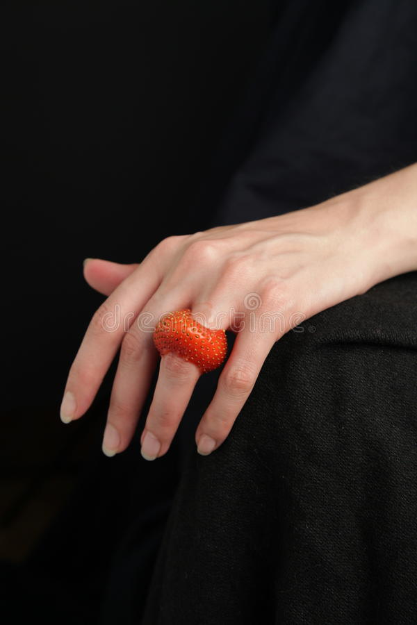 Fotografia piękna kobiety ręka z barwionym organicznie czerwonym truskawka pierścionkiem 1 zdjęcia stock