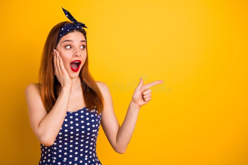 Fotografia piękna skwaśniała dama wskazuje czarna niewiarygodna odzież kropkuję Piątek niskich cen smokingowa kapitałka odizolowy fotografia royalty free