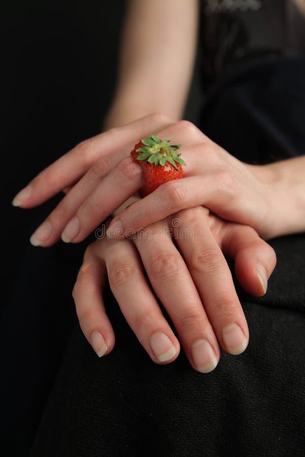 Fotografia piękne kobiet ręki z barwionym organicznie czerwonym truskawka pierścionkiem 1 fotografia stock