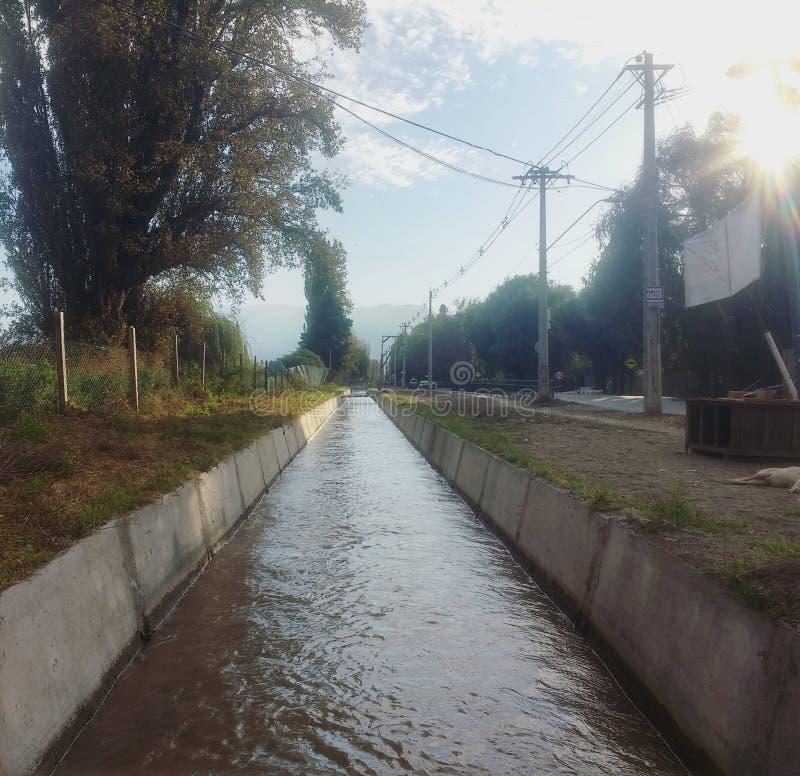 Fotografia położenie czegoś w wodnego kanału polu zdjęcie royalty free
