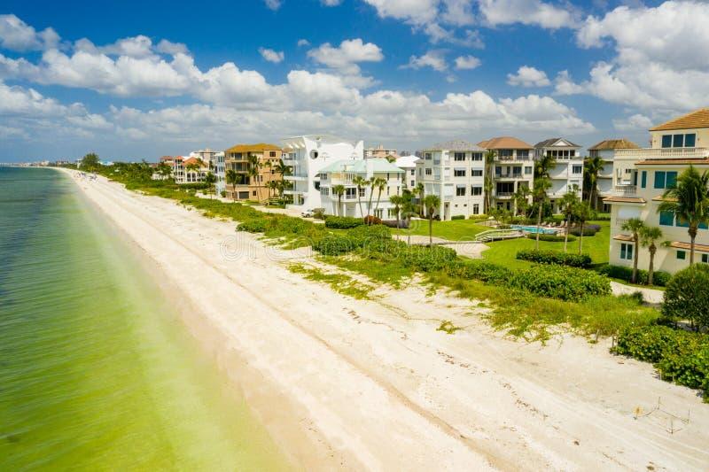 Fotografia por drone Nápoles FLorida Barefoot Beach fotos de stock royalty free