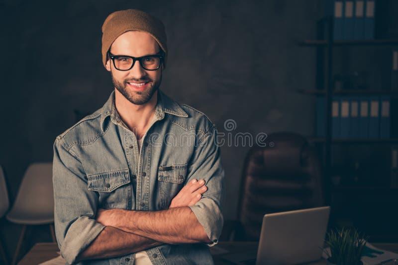 Fotografia pracować przy nighttime szefa faceta spotkania kolegów odzieży stroju przypadkowym stojakiem blisko zgłasza w nowożytn fotografia royalty free