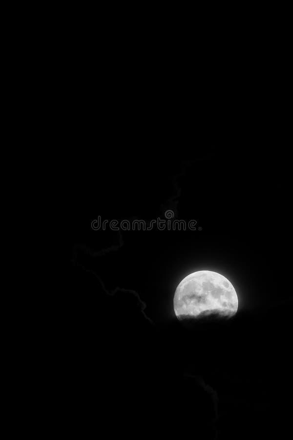 Fotografia preto e branco da lua do sangue antes do eclipse, tomada sobre Bulgária, no céu preto grosso na noite do 26 de julho imagens de stock