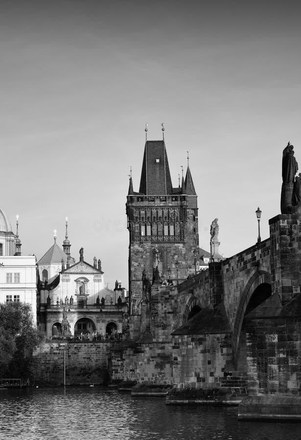 Fotografia preto e branco da ponte de Charles Centro histórico do ` s de Praga imagens de stock