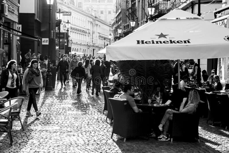 Fotografia preto e branco de Contre-Jour dos turistas que visitam Bucareste fotos de stock royalty free