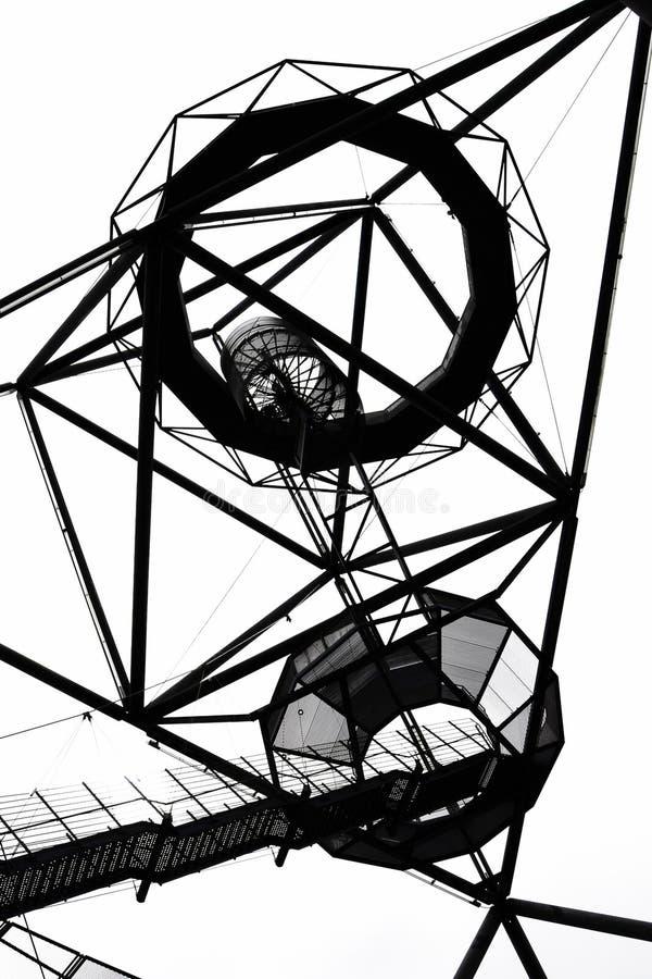 Fotografia preto e branco do tetraedro em Bottrop, Alemanha tomada de baixo contra do céu imagem de stock