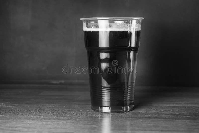 Fotografia preto e branco do vintage Um vidro da cerveja barata do ofício no bar ou na barra imagem de stock