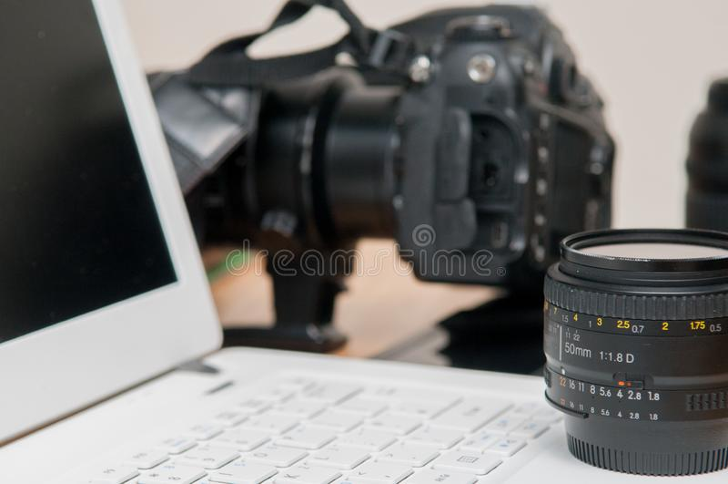 Fotografia professionale che pubblica attrezzatura con la macchina fotografica e il lapto immagini stock libere da diritti