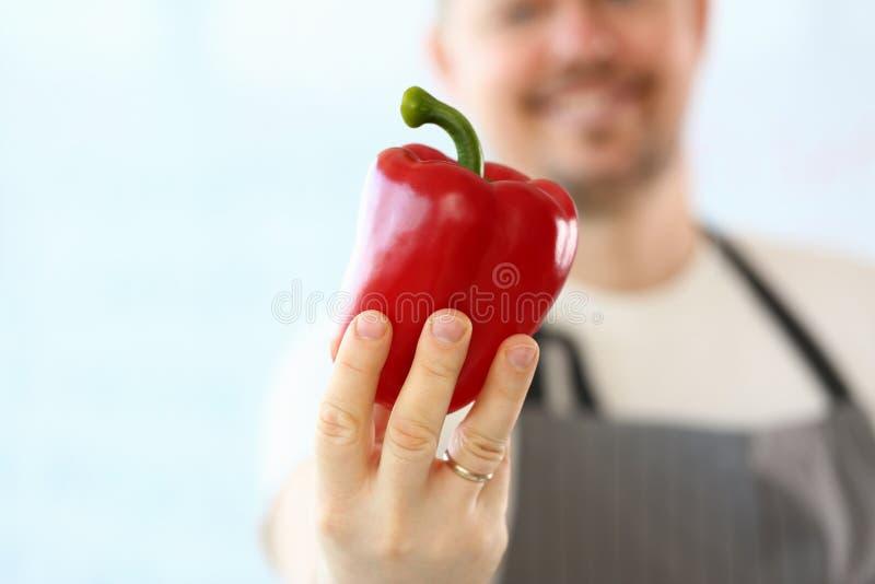 Fotografia professionale di Showing Red Pepper del cuoco unico fotografia stock libera da diritti