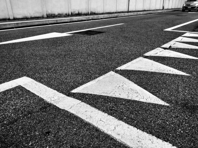 Fotografia przedstawia drogowych znaki na ziemi drogowi znaki mundurowali globalnie, tworzący unikalnych sygnały dla wszystko zdjęcie stock