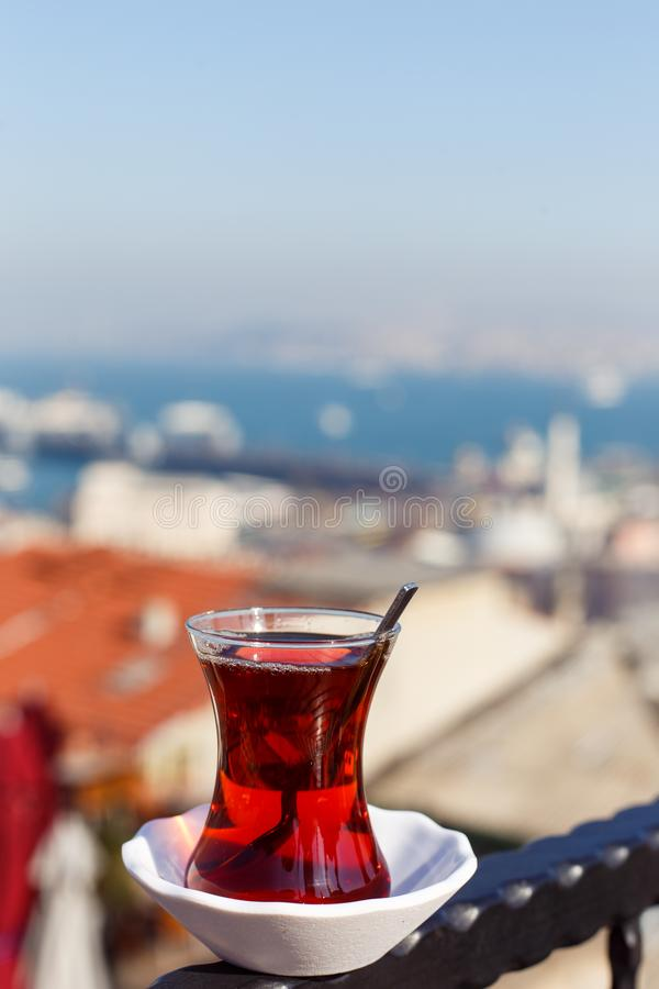Fotografia przejrzysty szkło z herbatą na zamazanym tle zdjęcie royalty free