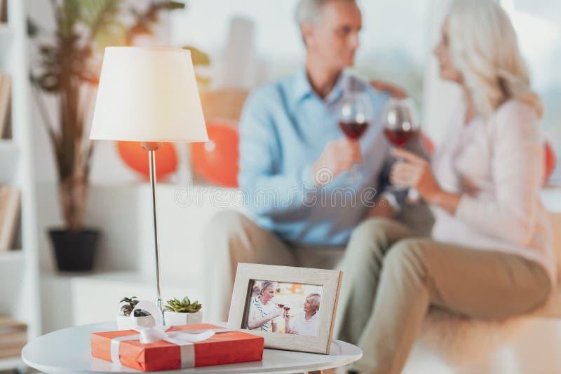Fotografia przyjemne starsze osoby dobiera się na stole zdjęcie royalty free