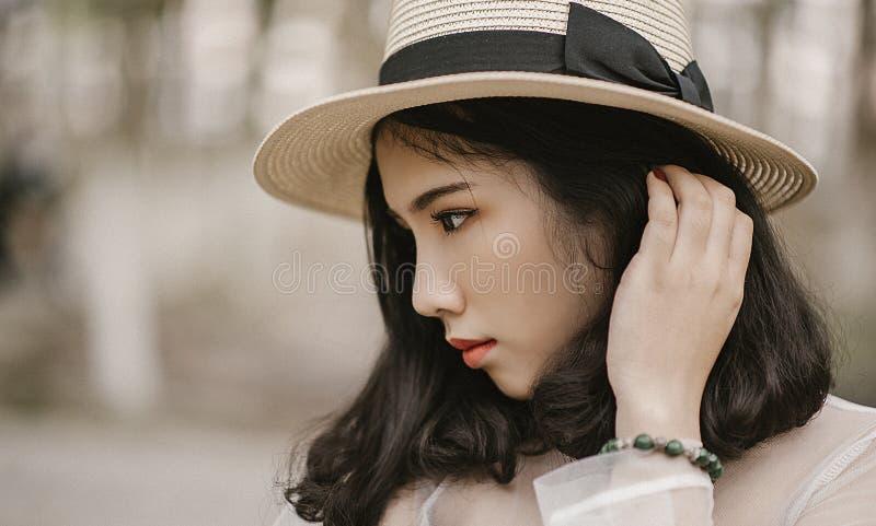 Fotografia rasa do foco da mulher que veste o chapéu de Brown Sun fotografia de stock