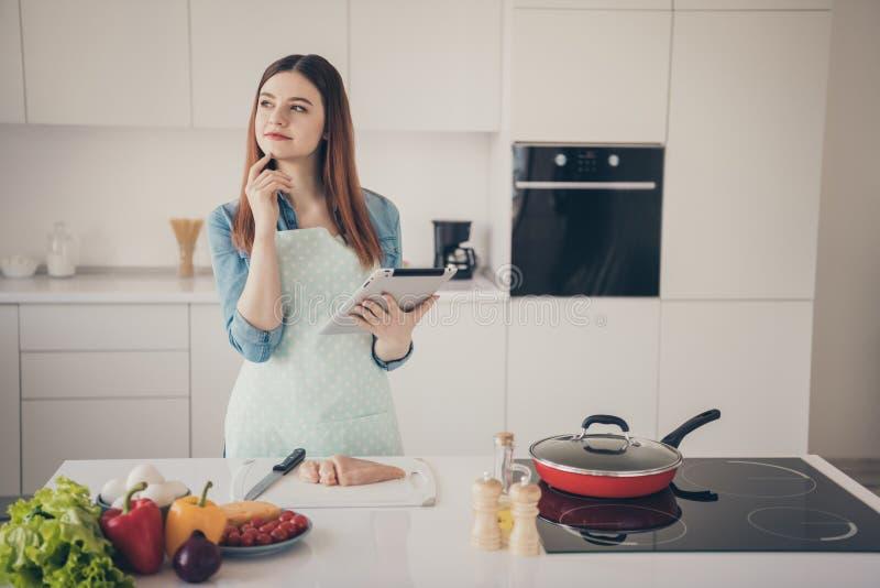 Fotografia robi doskonalić kolacji dla rodziny atrakcyjna żona przypomina imię przepis dla przyglądającej czytelnika interneta st obraz stock
