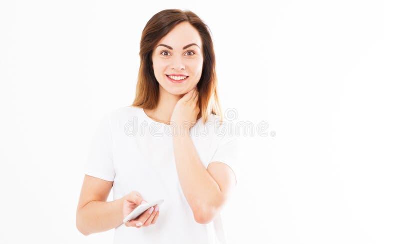 Fotografia rozochocony śliczny piękny młodej kobiety gawędzenie telefonem komórkowym odizolowywającym nad biel ściany tłem przygl zdjęcia royalty free