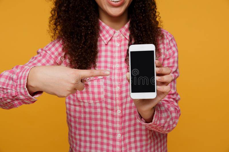 Fotografia rozochocony śliczny piękny młodej kobiety gawędzenie telefonem komórkowym odizolowywającym nad kolor żółty ściany tłem obrazy stock