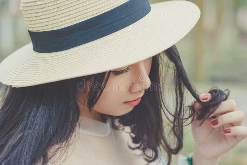 Fotografia seletiva de mulher com chapéu de sol castanho fotografia de stock royalty free