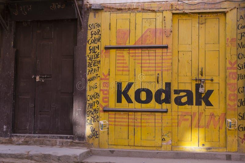 Fotografia sklep z kodaka filmu czerwieni i koloru żółtego reklamą malował na swój fasadzie, Nepal obraz royalty free