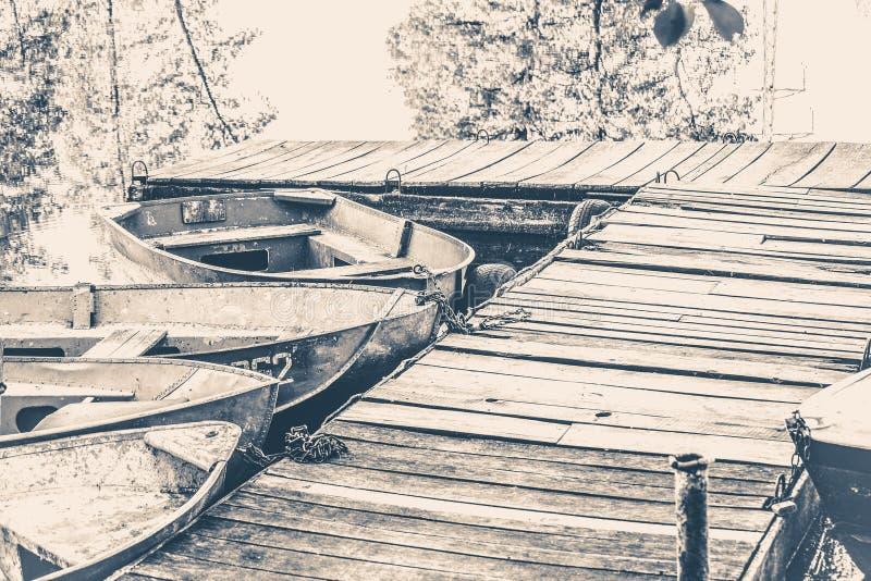 fotografia stary rocznik Few stare proste łodzie na molu fotografia royalty free
