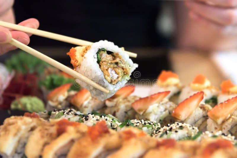 Fotografia suszi rolki - Japoński jedzenie w restauracji obraz royalty free